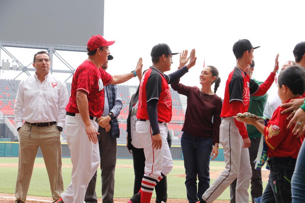 """5e38487cebd0f523623748 - Ciudad de México.- Jefa de Gobierno  premia a ganadores de sóftbol y béisbol de Olimpiadas Comunitarias, en el Estadio """"Alfredo Harp Helú"""""""